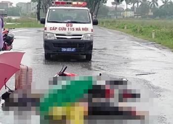 Hà Nội: 2 người đi xe máy dưới trời mưa lớn bất ngờ ngã xuống đường tử vong, nghi bị sét đánh