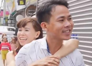 Chồng đẹp trai phải lòng vợ bại liệt, vì 2 lý do mà hứa 'anh cõng em đi khắp Sài Gòn'