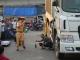 Dùng xe cẩu nâng xe tải đưa thi thể nạn nhân ra ngoài