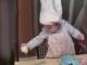 Bé gái 15 tháng tuổi biết làm bánh