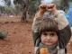 Em bé 'đầu hàng' Syria gây sốt
