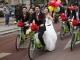 Chú rể rước dâu bằng xe đạp đôi gây náo loạn đường phố
