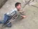 Con trai trốn học, bố dùng dây thừng xích cổ lôi về
