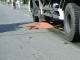 Bị xe tải kéo lê, thi thể cụ ông bị đứt đôi