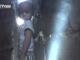 Nghẹt thở giải cứu bé trai bị kẹt trong 2 bức tường hẹp