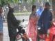 Hà Nội: Thu tiền triệu mỗi giờ từ việc bán áo mưa mặc 1 lần