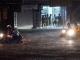 Hà Nội thành 'sông', ôtô tạo sóng đánh bạt xe máy