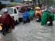 Người Sài Gòn lại ngụp lặn trong dòng nước chảy xiết sau cơn mưa lớn