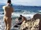 Thế giới lại rúng động trước thi thể bé gái di cư 4 tuổi mắc kẹt ở bãi đá bên bờ biển