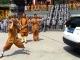 Võ tăng Thiếu Lâm dùng một tai kéo xe SUV