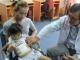 Bàng hoàng bé gái 6 tuổi bứt tóc ăn thay cơm