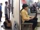 Người mẹ cầm nón rách đợi con trai nhập học và câu chuyện khiến bao người rơi nước mắt