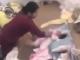 Bắt khẩn cấp bảo mẫu đánh đập, tung hứng bé gái gần 2 tháng tuổi