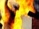 Nam thanh niên bất ngờ 1 đối tượng chặn đường đổ xăng lên người châm lửa đốt