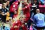 Pep Guardiola và các học trò tắm bia, ăn mừng chức vô địch Bundesliga