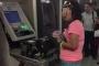 Người phụ nữ dùng tay phá tan cây ATM vì bị nuốt mất thẻ