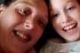 Con gái 10 tuổi đột ngột qua đời, mẹ không làm lễ tang mà để 2 đứa em chơi với xác chết của chị