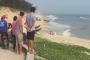 Đi tắm biển cùng nhóm bạn, bé trai bị sóng cuốn tử vong