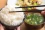 Sai lầm khi ăn cơm khiến bạn rước bệnh mà không biết, nhất là điều thứ 2 rất nhiều người mắc