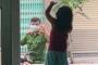 Hình ảnh chiến sĩ công an vùng 'tâm dịch' Đà Nẵng đi qua nhà, vẫy chào con gái qua khung cửa kính gây xúc động