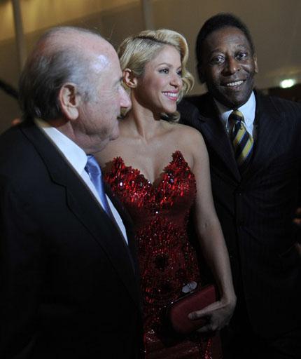Dự gala bóng đá, Pele tranh thủ hôn người tình Pique
