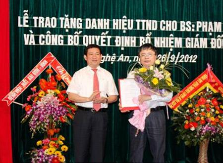 Chủ tịch UBND tỉnh Nghệ An Hồ Đức Phơc  trao quyết định bổ nhiệm giám đốc Sở Y tế cho BS Bùi Đình Long
