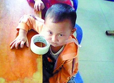 Các em bé bị cô giáo bạo hành và dùng băng dính dán miệng lại.