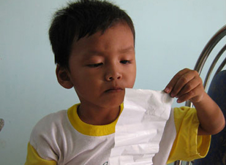 Tỏ chăm chú đọc những dòng chữ trên mảnh giấy