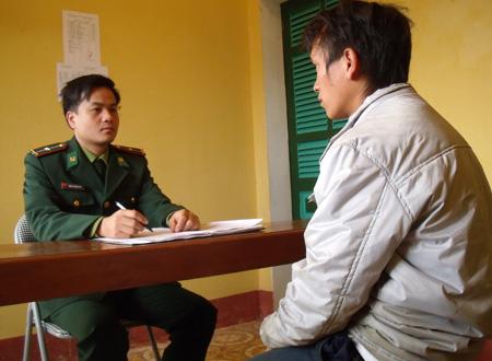 Cán bộ biên phòng đang lấy lời khai một đối tượng tổ chức đưa người khác trốn ra nước ngoài