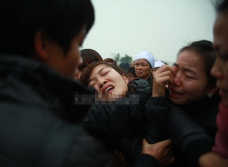 Cô khóc nức nở trong đám tang của bạn trai