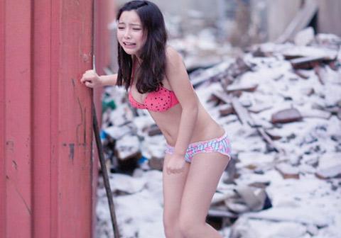 Cô người mẫu trẻ phát khóc vì chụp ảnh bikini giữa trời đông
