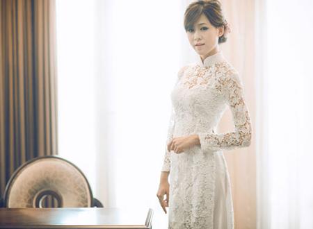 Nhờ chất liệu mỏng, xuyên thấu, thêu hoa tinh tế mà các cô dâu ý nhị khoe được sự gợi cảm. Bởi vậy, dù là áo dài truyền thống nhưng khi may trên chất liệu ren mỏng, cô dâu vẫn hút ánh nhìn bởi sự quyến rũ.