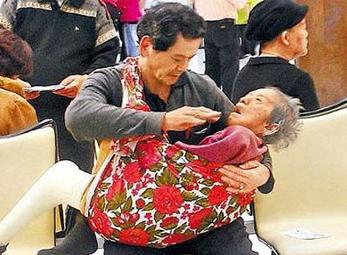 Bức ảnh về người con hiếu thảo gây chấn động Đài Loan