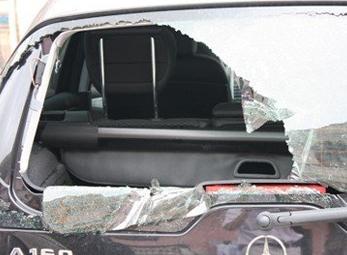 Côn đồ náo loạn làng quê, đập nát xe ô tô