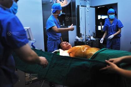 Ông Hữu dù rất đau nhưng luôn miệng bảo bác sỹ xẻo nhiều da cho con gái