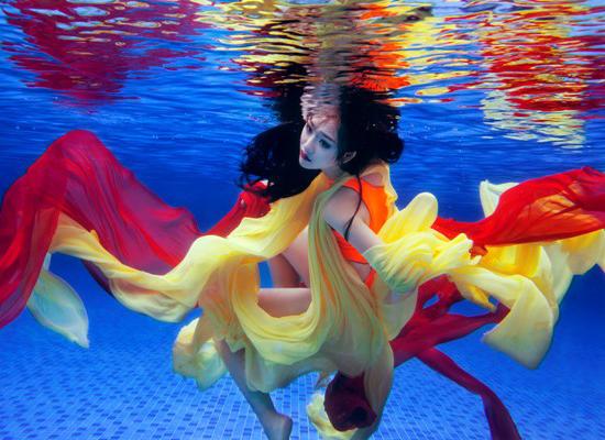 Trà My gợi cảm đầy lôi cuốn khi đầm mình dưới làn nước trong veo.