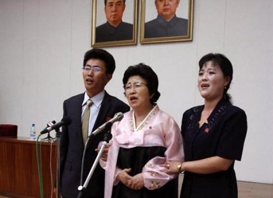 Bà Pak Jong Suk đứng ở giữa, bên cạnh là con trai và con dâu
