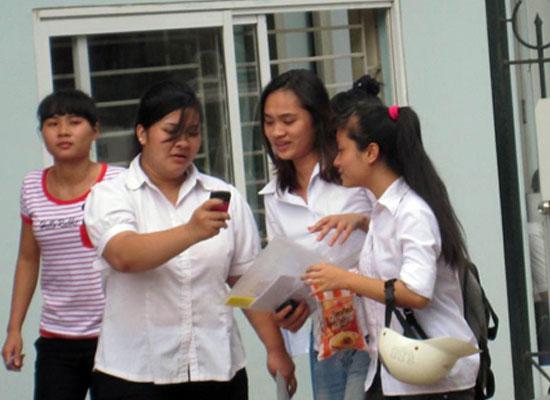 Các thí sinh đã hoàn thành môn thi cuối cùng kỳ thi tuyển sinh đại học trong ngày hôm nay (10/7).