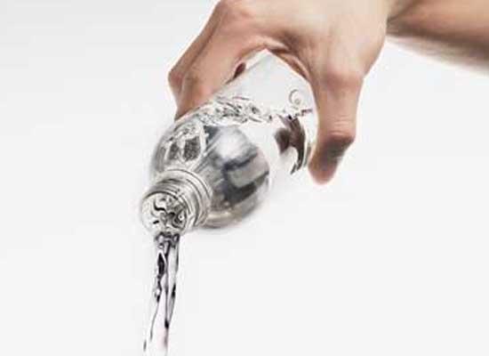 Nước khoáng bị nhiễm khuẩn (Ảnh minh họa)