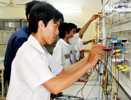 Học viên hệ trung cấp khoa Điện, Trường Cao đẳng Kinh tế kỹ thuật Phú Lâm trong giờ thực tập.
