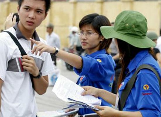 TS được hướng dẫn lên nhận phòng thi tại Trường CĐ Kỹ thuật Cao Thắng - (Ảnh: Đào Ngọc Thạch)