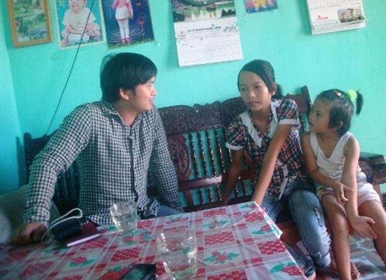 Cháu Thúy và đứa con gái út của chị Hai kể chuyện về hành vi bỏ thuốc độc của bố vào đồ ăn cho mẹ.