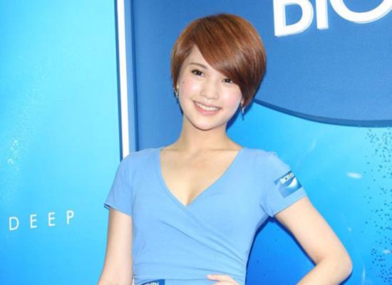 Dương Thừa Lâm diện váy xẻ sâu khoe vòng 1 đẹp