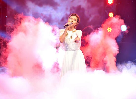 Nữ hoàng khiêu vũ trở lại sân khấu ca nhạc với hình ảnh như một nàng công chúa.