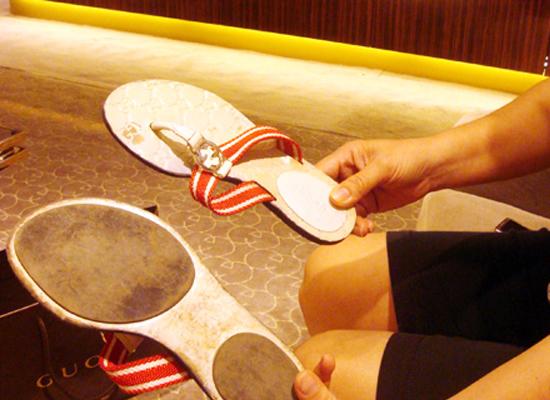 Đôi dép mà bà Bùi Ngọc H đã mua trong tình trạng bong tróc da (Ảnh chụp trưa 16/7 tại Cửa hàng thời trang Gucci 63 Lý Thái Tổ, quận Hoàn Kiếm)