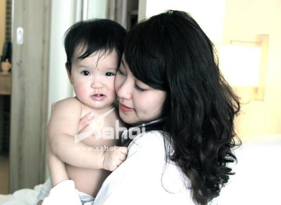 Mi Vân khoe rất nhiều hình ảnh dễ thương của cô công chúa cưng trên trang Facebook cá nhân.