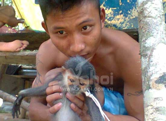 Quang Van Nguyen với chú khỉ trước khi bị giết