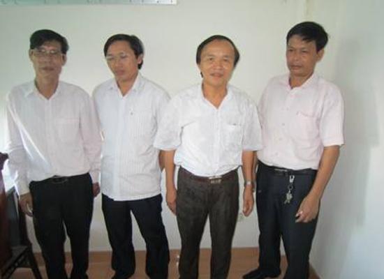 Ông Nguyễn Trân (thứ hai, từ bên phải ảnh) và 3 cán bộ Sở GTVT tỉnh Hà Tĩnh bị bắt quả tang sát phạt trên chiếu bạc