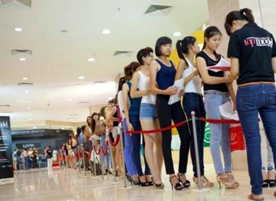 Hàng trăm thí sinh cùng hào hứng đăng ký dự thi