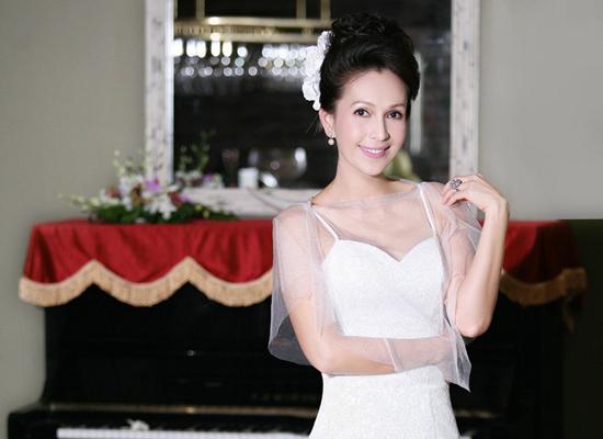 Diễm My U50 trẻ trung và gợi cảm bất ngờ với váy cưới